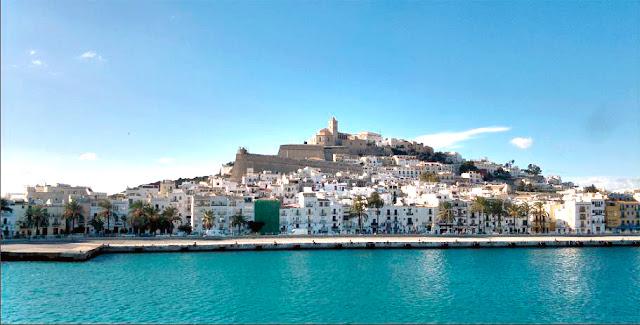 Fotografía Interior Puerto de Ibiza con vistas a Dalt Vila y al Castillo