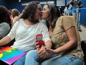 Adriana e Patrícia mostram alianças; casal está junto há 10 anos (Foto: Christiano Ferreira)