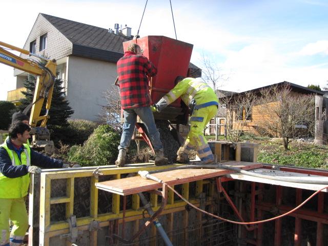 holzhaus wir bauen ein haus aus holz wand betonieren. Black Bedroom Furniture Sets. Home Design Ideas