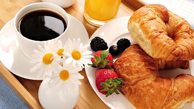 Rico desayuno decorado con flores y frutas