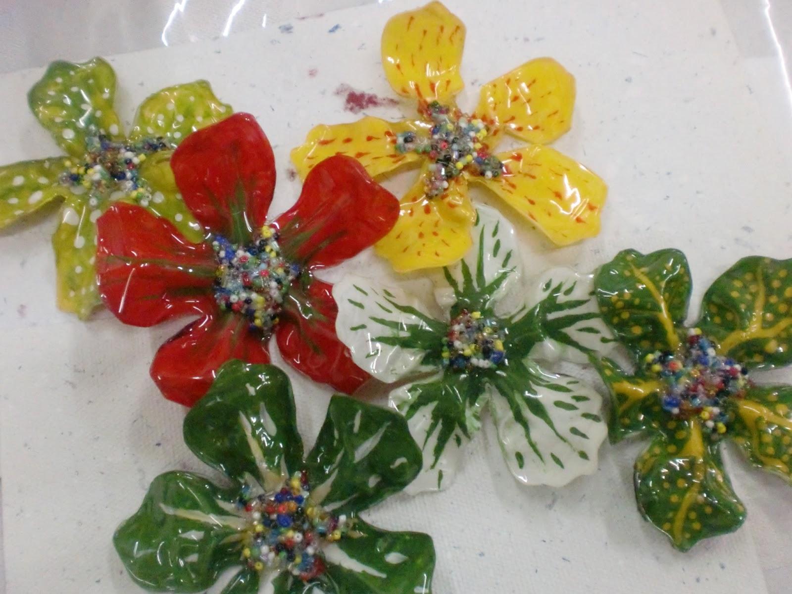 Flores realizadas con material reciclado, para adornar el lugar que
