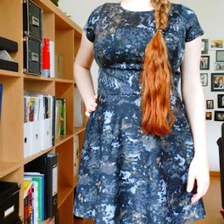 grau-schwarzes Kleid