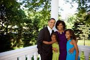Rais Obama na watoto wake Malia na Natasha pamoja na mkewe Michelle katika .