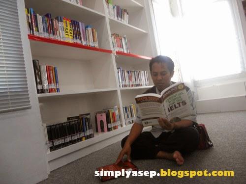 Saya sedang membaca apa hayoo