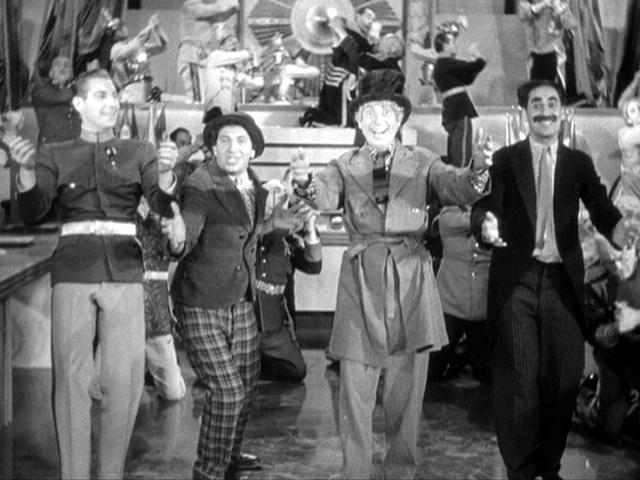 Risultati immagini per la guerra lampo dei fratelli marx film 1933