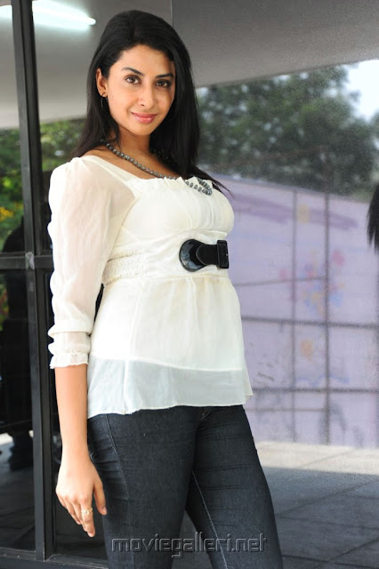 Gayatri Iyer Hot photos