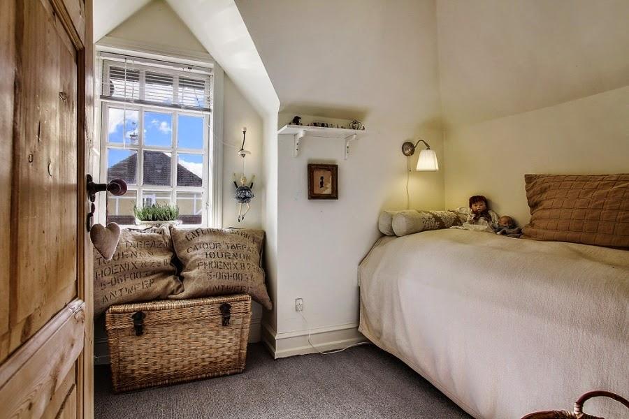 wystrój wnętrz, home decor, wnętrza, dom, mieszkanie, aranżacje, dworek, styl skandynawski, mix stylów, pokój, kosz wiklinowy, szarości