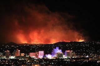 Feuer bedroht Teile von Reno, Nevada, Feuer Waldbrand wild fire Buschfeuer, USA, aktuell, November, 2011, Fotos Fotogalerie,