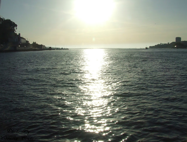 Uma bela fotografia com reflexo de um intardecer nas águas do Rio Douro.