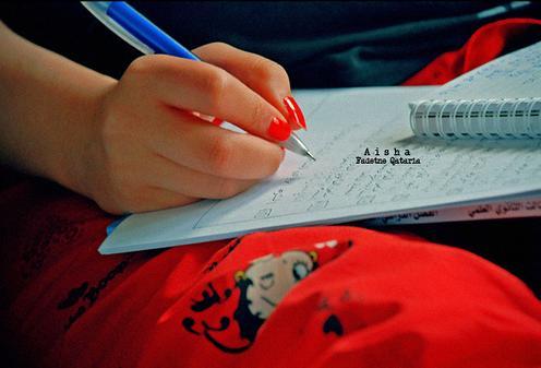 اكتـــب يا قلمــــــــــي.....- امرأة تكتب بقلم