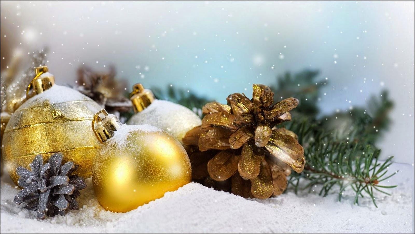 Bolas navideñas doradas bañadas con nieve