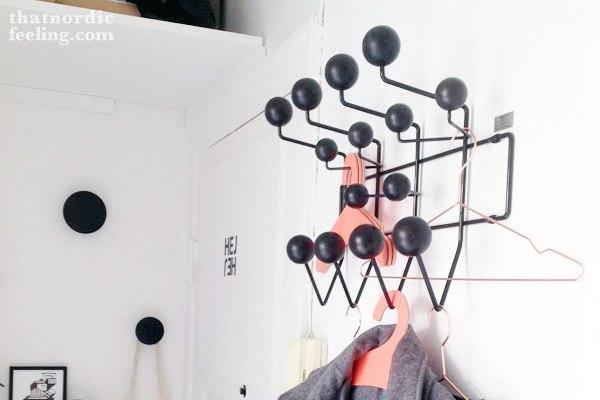 Perchero Eames bolas negras