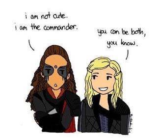 Na fanart: Um desenho de Lexa de braços cruzados dizendo que não é fofa porque é Commander ao lado de Clarke falando que ela pode ser os dois