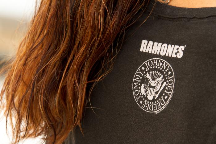 Look estilo rock con camiseta famosa