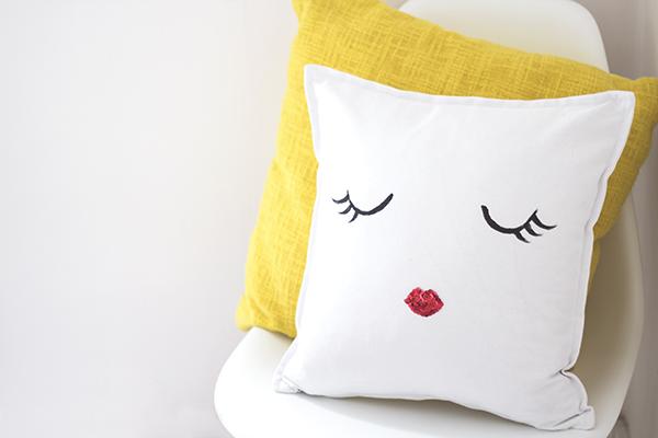 http://3.bp.blogspot.com/-USMFe3PhYPM/U7BmEhFH-DI/AAAAAAAAC-4/NSnFGrVKBT4/s1600/diy+cushion+11.jpg