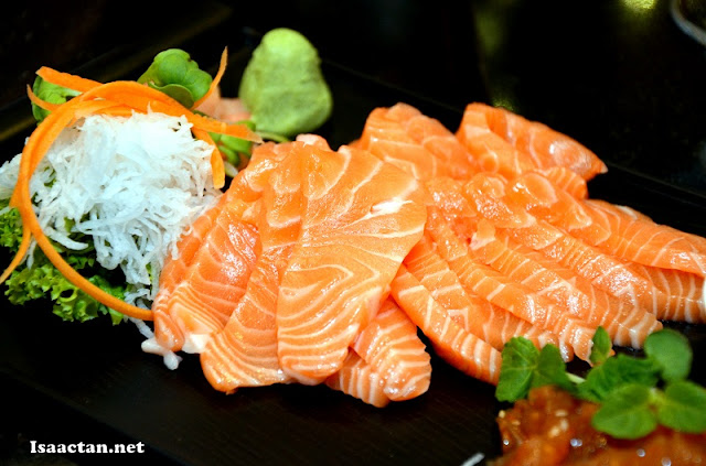 "Fresh salmon sashimi laid out for us to ""nom"""