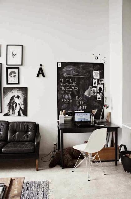CZarne biurko z tablicą do pisania. Elementy recyklingu