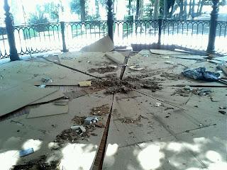 Techo del templete del parque desplomado
