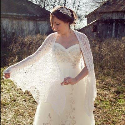 Een bruid met gebreide bruidsshawl.