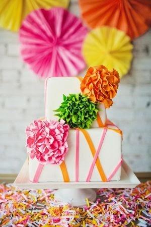 Torta en color blanco con pompones