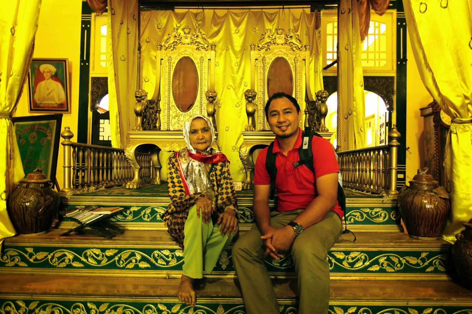 Bersama pewaris Istana Kadriyah (keraton) kediaman rasmi Kesultanan Pontianak