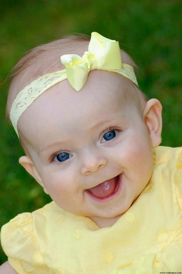 Un Bébé mignon fille au yeux bleu