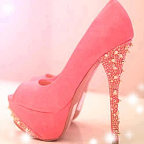 Pembe yüksek topuklu şık bir ayakkabı