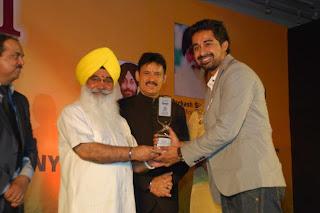 S Sewa Singh  Sekhnwan awarding Rannvijay