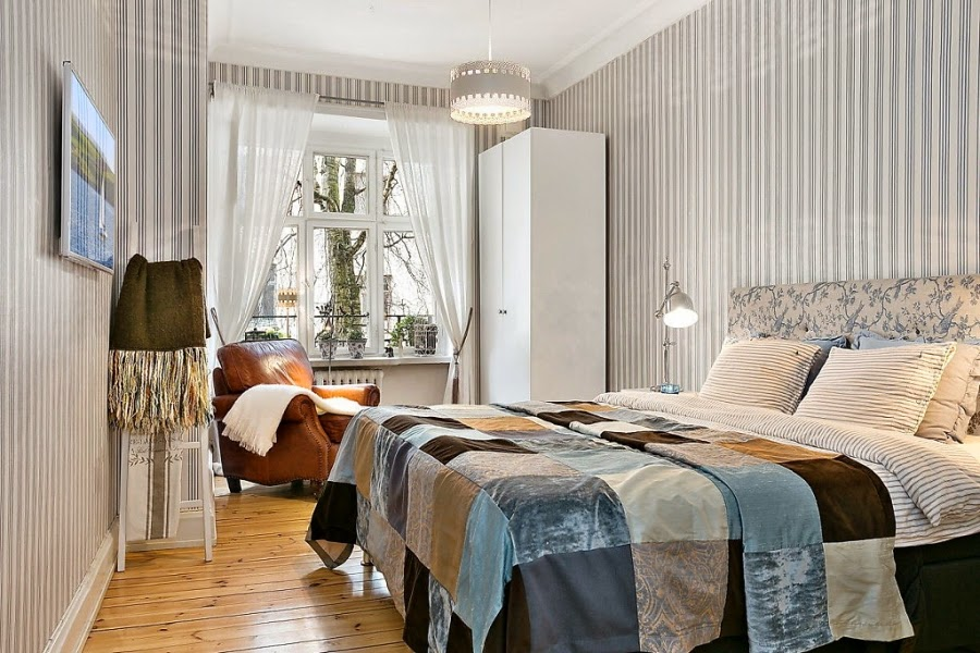 sypialnia, skórzany fotel, tapeta w paski
