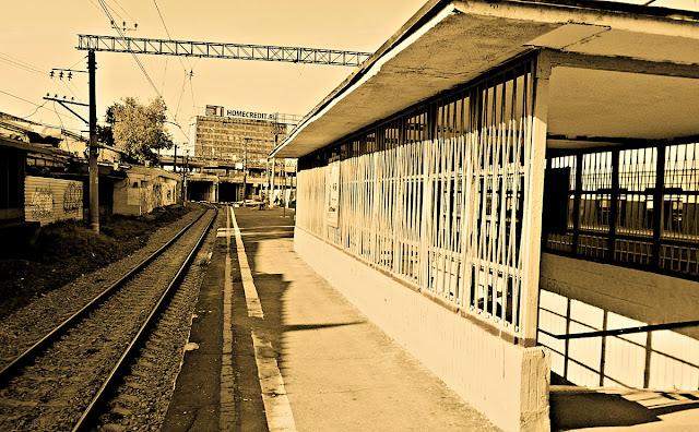 Станция Севеловская. Около-железнодорожное. Фотография железная дорога черно-белая сепия рельсы шпалы пешеходный переход подземный банк хоум кредит home credit bank