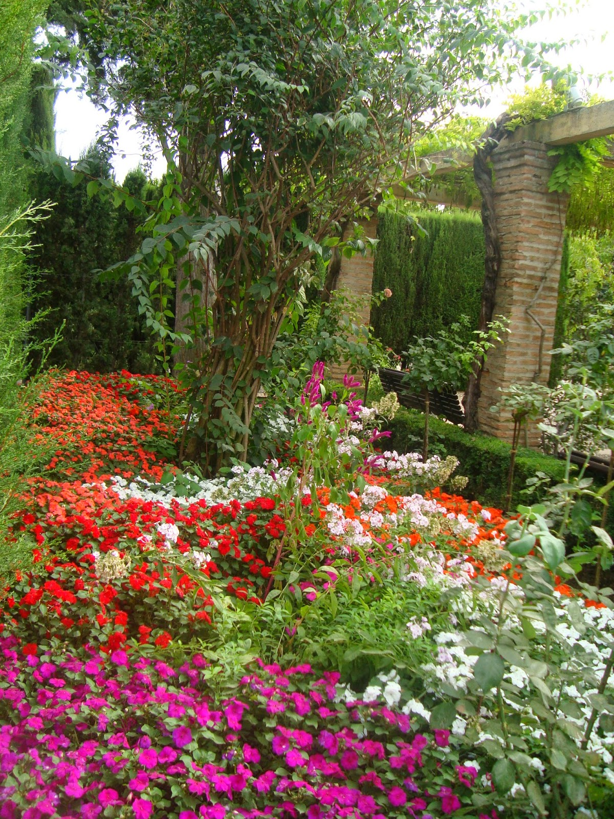 Las horas felices la alhambra los jardines del partal y for Jardines nazaries