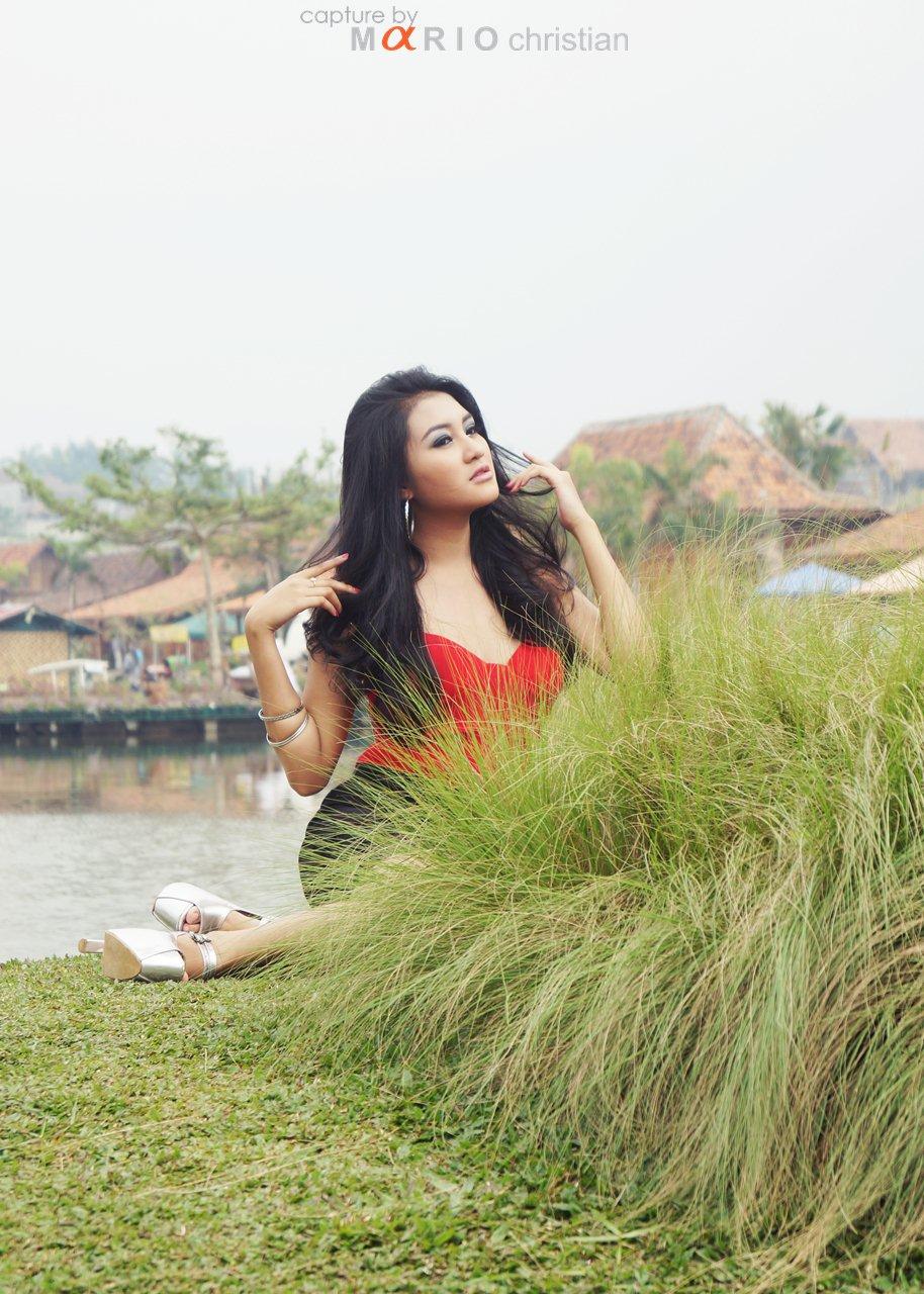 Foto Model Cantik Berbaju Hijau dan Merah (top banget gan)
