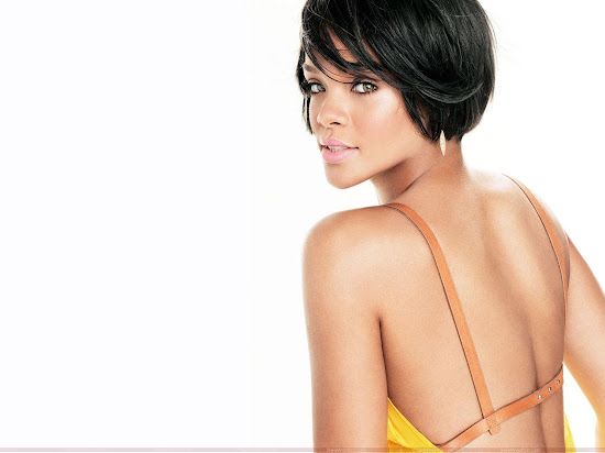 rihanna_hot_wallpaper_showing_her_back_Fun_Hungama