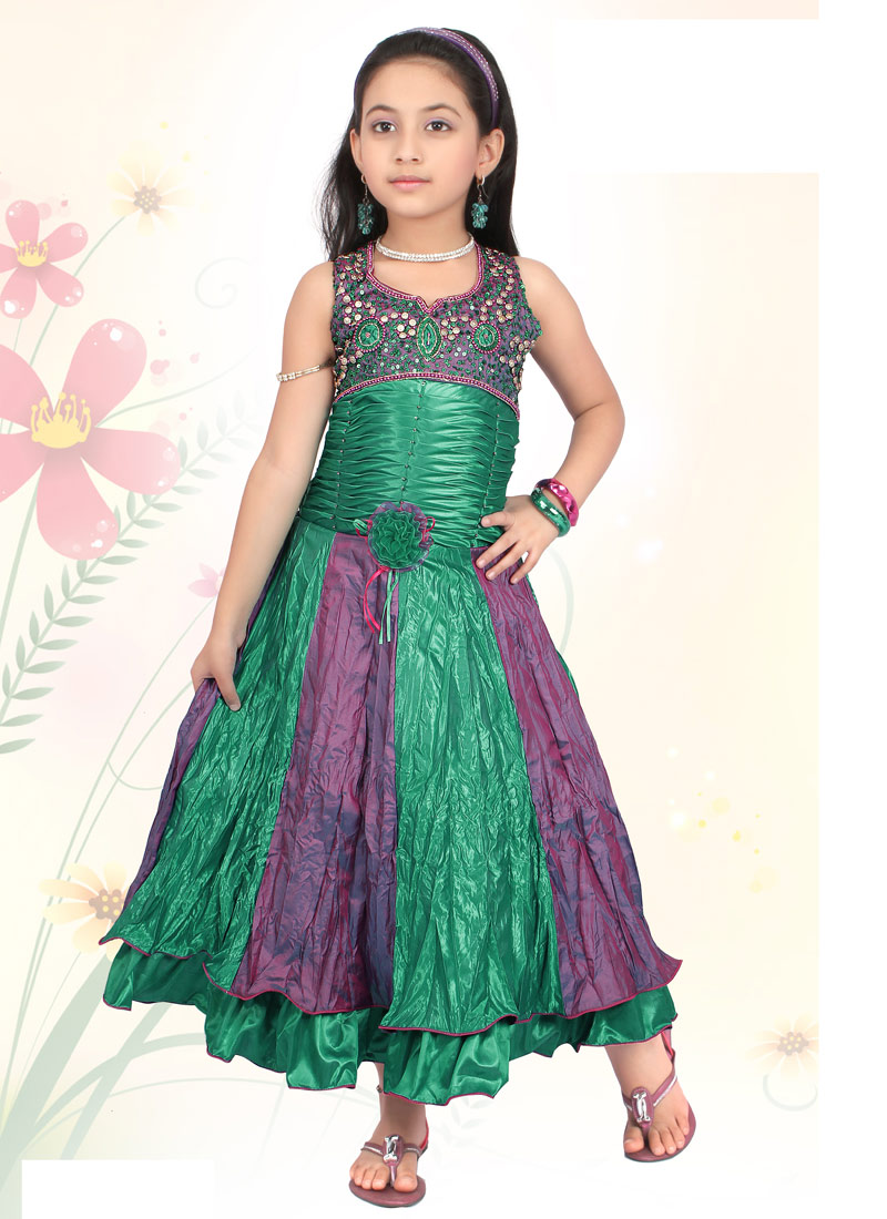Buy Kids Clothing Online With size charts, easy returns and cash on delivery, shopping for kids clothing online is much more convenient and easy. You can easily choose items of clothing according to your child's measurements, and even avail the return policy if you are not happy on trying it .