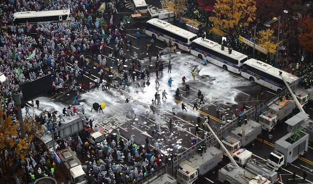 Enfrentamiento entre manifestantes y Policía con cañones de agua en Seúl