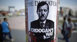 """El primer ministro turco, Recep Tayyip Erdogan, tiene la intención de construir piscinas olímpicas separadas para hombres y mujeres, con el fin de evitar que los jóvenes adquieran """"malos hábitos"""". El equipo de fútbol local Rizespor ya juega en primera. """"Pero no nos quedaremos sólo en el fútbol. Si Dios quiere también habrá baloncesto, canoa y natación. Ahora construiremos una piscina olímpica para mujeres y otra para hombres"""", anunció Erdogan en un discurso en esa localidad del mar Negro. """"Con todo esto, creo que la juventud de Rize no adquirirá malos hábitos"""", añadió el primer ministro, sin aclarar si en la prevención de las malas costumbres pesará más el hecho de hacer deporte o el de separar a hombres y mujeres. También prometió que el nivel de educación de Rize """"llegará a un nivel aún mucho mejor"""" con el próximo establecimiento de institutos de élite y colegios Imam Hatip, un tipo de institución religiosa diseñado para formar teólogos, pero cuyas titulaciones han sido equiparadas al bachillerato tras una reforma legal. La separación de sexos en la vida pública es uno de los elementos más polémicos del ideario del islamista Partido Justicia y Desarrollo (AKP), en el poder desde 2002. Ya el verano pasado, el Ministerio de Juventud instauró campamentos de verano separados por sexos para los alumnos de los colegios públicos, lo que desató un huracán de críticas en la prensa laica. El ministerio aseguró que esa medida hacía """"feliz a las familias"""" y señaló que la participación de los adolescentes en los campamentos había aumentado notablemente tras imponerse la separación."""