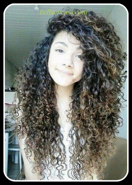 En la actualidad es común ver cortes de pelo rizado con flequillo, se usa, si! cabello rizado con fleco, luce espectacular. Echemos un vistazo a nuestra