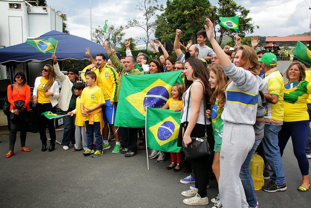 Teresopolitanos e turistas fazem a festa para receber os jogadores na Granja Comary