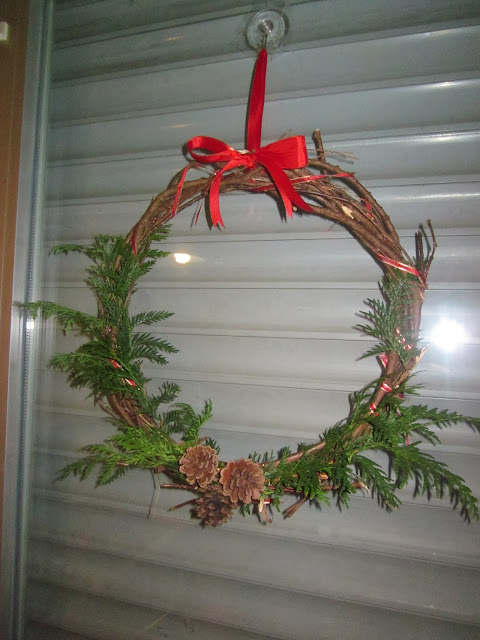DIY wreath ribbon pine cone leaves