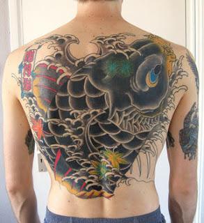 Tatuagem de Carpa Negra nas Costas