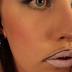 Elle trace une ligne au dessus de sa lèvre! Vous n'en croirez pas vos yeux en voyant le résultat!