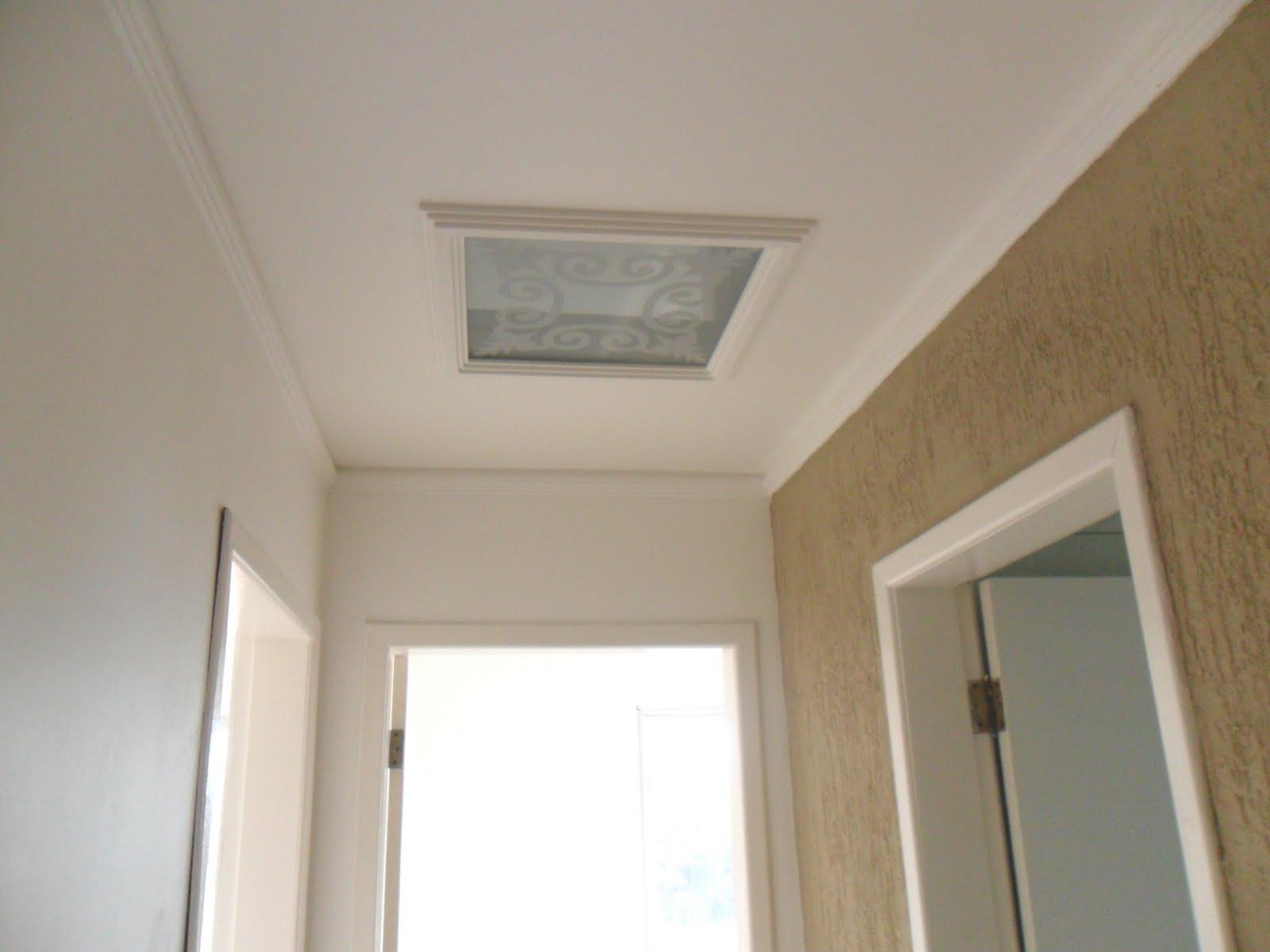 sala ampla com rebaixamento em gesso banheiro com box BLINDEX  #7C6949 1600 1200