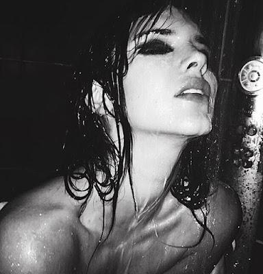 Kendall Jenner Pamer Payudara Saat Pose di Kamar Mandi