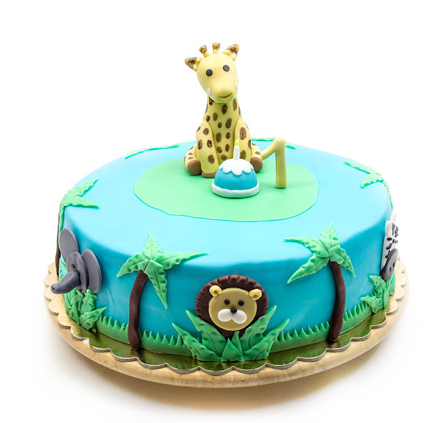 Giraffe Sophie jungle fondant cake blog shot
