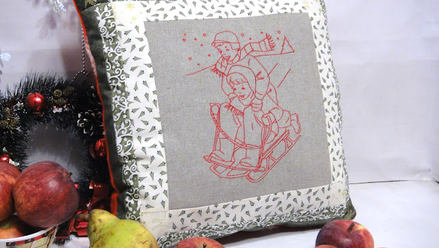 """Диванная подушка """"Дети на горке"""": новогодние ткани, размер 40х40 см - новогодний подарок жене, новогодний текстиль для детской"""