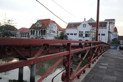 "Monumen Bersejarah ""Jembatan Merah"" di Surabaya"