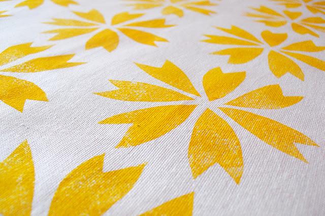 Stoffmuster mit gelben Blüten