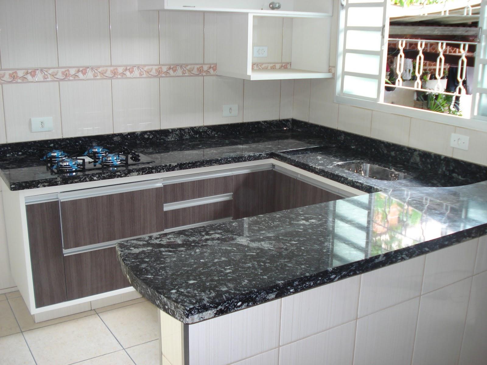 Cozinha planejada no Granito Preto Indiano Acabamento Duplo Reto #675E4E 1600 1200