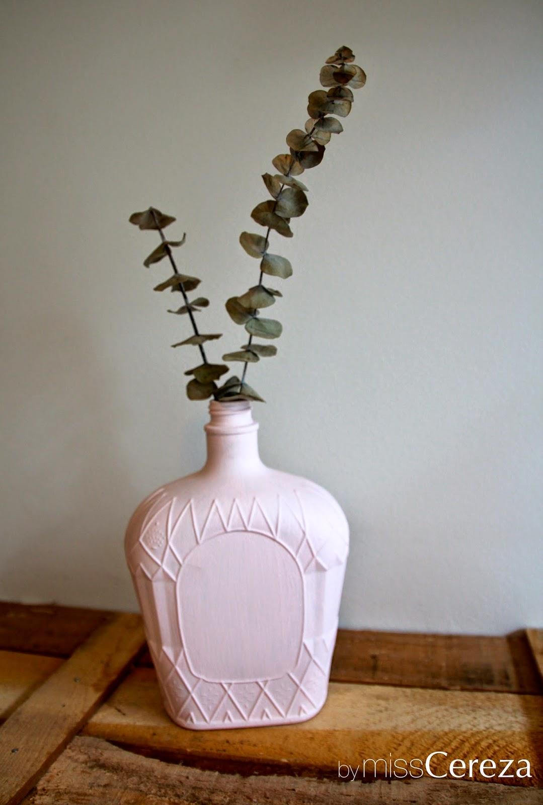 botella reciclada en jarron