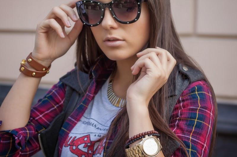 studded sunglasses, блогер, клетчатая рубашка, футболка с комиксом